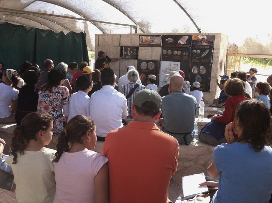 קבוצת מבקרים מקבלת הדרכה לקראת פעילות הסינון
