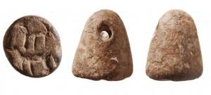 """חותם בעל צורה חרותית עם דגם של שתי חיות. מתוארך למאה הי' לפנה""""ס."""